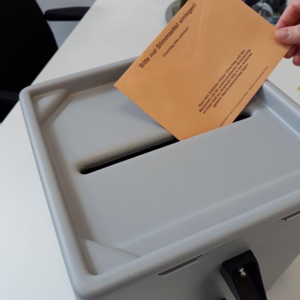 Wahlurne mit Wahlumschlag